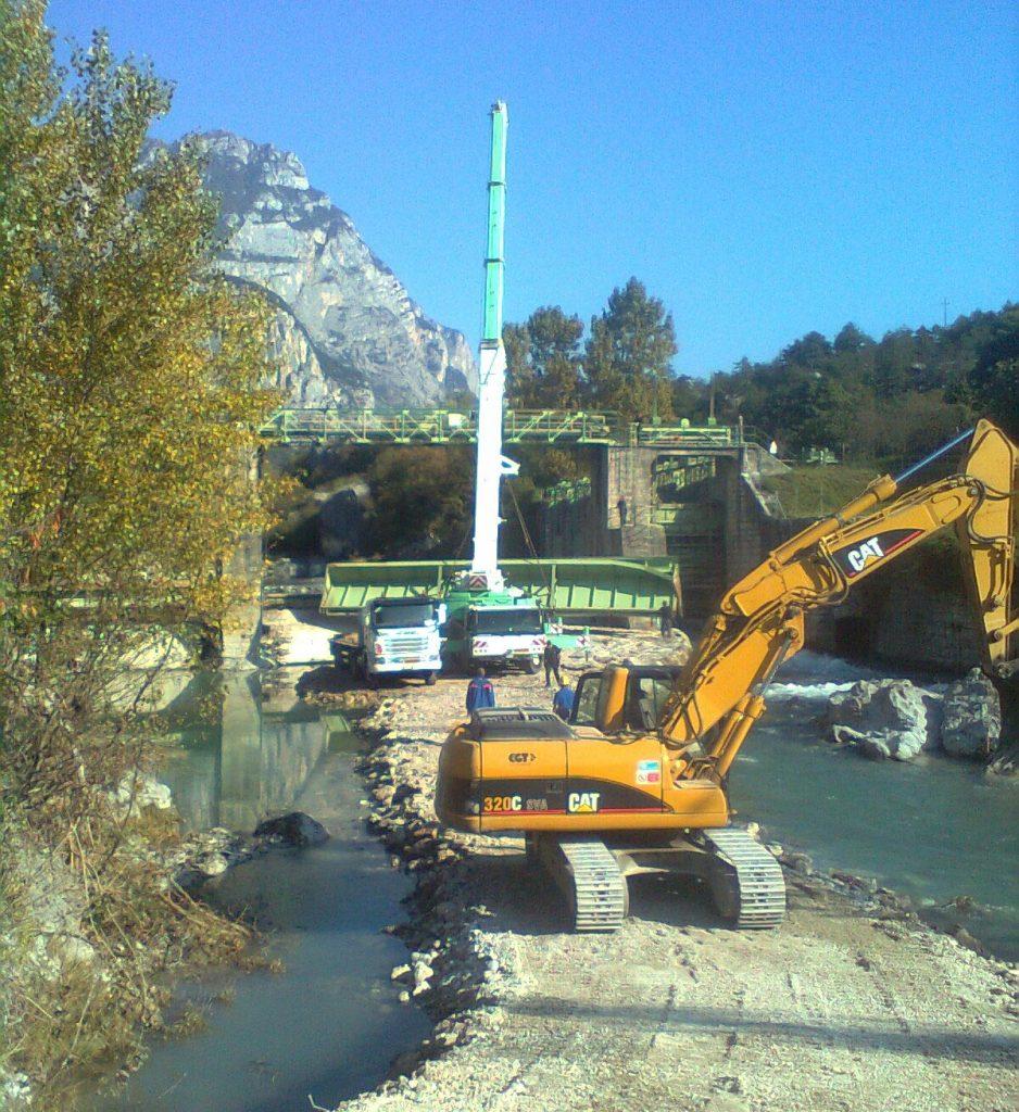 Sollevamento e posizionamento paratoia in Loc. Fies (Trento) - Cristelli